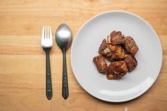 Nervures de porc frites dans un plat images libres de droits