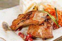 Nervures de porc grillées Servir sur un conseil en bois sur une table rustique Menu de rôtisserie, une série de photos de Photo stock
