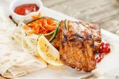 Nervures de porc grillées Servir sur un conseil en bois sur une table rustique Menu de rôtisserie, une série de photos de Photos stock