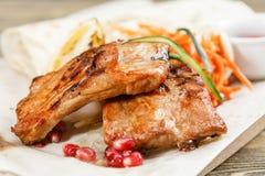 Nervures de porc grillées Servir sur un conseil en bois sur une table rustique Menu de rôtisserie, une série de photos de Image stock
