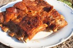 Nervures de porc grillées sur le gril Nervures grillées marinées sur une partie d'été Soirée à une partie Photo libre de droits