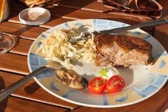 Nervures de porc grillées sur le gril Nervures grillées marinées sur une partie d'été Soirée à une partie Image stock