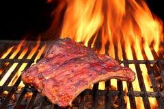 Nervures de porc marinées fumées savoureuses grillées de BBQ à la partie d'été Photographie stock