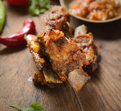 Nervures de porc, poivrons rouges et épices rôtis sur un fond en bois image stock
