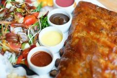 Nervures de r?ti de porc avec de la sauce barbecue et la salade de fruits photo stock