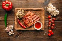 Nervures et morceau de viande grillés juteux, vue supérieure photo stock