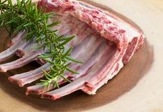 Nervures fraîches d'agneau sur la planche à découper Photo stock
