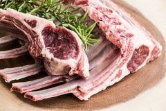 Nervures fraîches d'agneau sur la planche à découper Nervures prêtes à cuisiner Image libre de droits