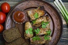Nervures frites délicieuses, habillées avec de la sauce à miel, décorée des verts et des légumes photos stock