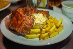 Nervures grillées avec les pommes frites, salade de chou Bière à l'arrière-plan Casse-croûte de bière images libres de droits