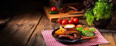 Nervures grillées délicieuses avec de la sauce barbecue à barbecue photo libre de droits