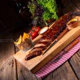 Nervures grillées délicieuses avec de la sauce barbecue à barbecue image libre de droits