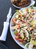 Nervures grillées tout entier et plats de salade Photos stock