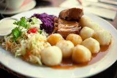 Nervures rôties avec des pommes de terre et des salades photo libre de droits