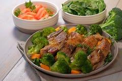 Nervures rôties de porc de plat avec le brocoli Images stock