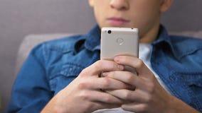 Nerwowa chłopiec bawić się gemowego zastosowanie na smartphone, dojrzałości płciowej złości zarządzanie zbiory