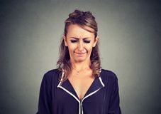 Nerwowa kobieta patrzeje sikający daleko i dokuczający zezowanie my przyglądamy się w frustraci obrazy stock