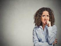 Nerwowa przyglądająca kobieta gryźć jej paznokcie pragnie coś Zdjęcie Royalty Free