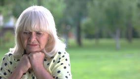Nerwowa starsza kobieta zbiory wideo