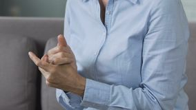 Nerwowe damy nacierania ręki, odwiedza lekarkę dyskutować psychologicznych problemy zbiory wideo