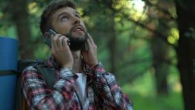 Nerwowy męski backpacker dzwoni 911, wycieczkowicz gubjący w lesie, zły mobilny związek zbiory