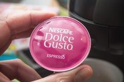 Nescafe expresso特写镜头,咖啡法国品牌在手中药量 免版税库存图片