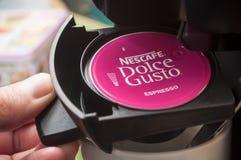 Nescafe expresso francuski gatunek kawowa dawka w ręce Zdjęcia Stock