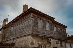 NESEBAR BUŁGARIA, Luty, - 05, 2017: Bułgarscy domy w miasteczku Nesebar W 1956 Nesebar oznajmiał jako muzealny miasto, a Obraz Stock