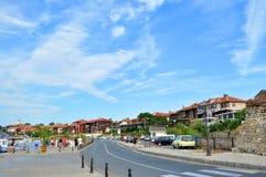 NESEBAR BUŁGARIA, SIERPIEŃ, - 18, 2016: Ulica z pięknymi bulgarian domami przy starym miasteczkiem Nesebar zdjęcia stock