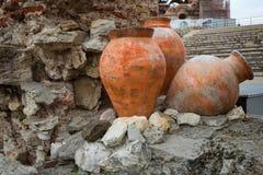 NESEBAR, BULGARIE - 12 février 2017 : Pots antiques L'église du Christ Pantocrator est une église orthodoxe orientale médiévale Image libre de droits