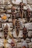 Nesebar, Bulgarije-08 15 2018: Gesneden Bulgaarse houten maskers van verschillende parfums op muur in de straatmarkt verfraaid stock afbeeldingen