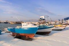 Nesebar, Bulgarije - Januari 12, 2017: Schepen en boten in sneeuw in de haven van de oude stad Nessebar op de Bulgaarse Zwarte wo Stock Afbeelding