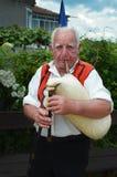Nesebr, Bulgarie - 16 juin 2013 : Un homme aux cheveux gris plus âgé tient un gaida Instrument de musique spirituel traditionnel  images libres de droits