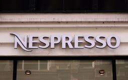 Nespresso kawy domu sklepu logo na sklepowym panelu Nespresso Nestle grupy gatunek obecność wewnątrz nad 60 krajami fotografia stock