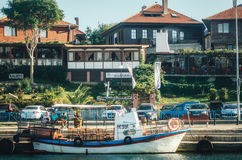 NESSEBAR,保加利亚, 2015年8月31日:Nessebar古镇全景从海的 免版税库存图片