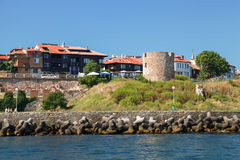 Nessebar,在海岸的古老石手表塔 免版税库存图片