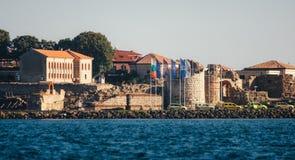 NESSEBAR, БОЛГАРИЯ, 31-ОЕ АВГУСТА 2015: Панорамный взгляд древнего города Nessebar от моря Стоковая Фотография