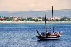 Nessebar Болгария: Взгляд к солнечному пляжному комплексу через залив Nessebar Стоковые Фотографии RF