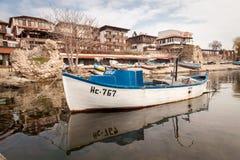 Nessebar, Bulgária - 27 de fevereiro de 2016: Barco de pesca de madeira velho no porto da cidade nessebar, antiga na costa do Mar Imagens de Stock Royalty Free