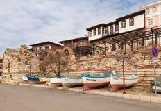 Nessebar, Bulgária - 27 de fevereiro de 2016: Barco de pesca de madeira velho no porto da cidade nessebar, antiga na costa do Mar Imagem de Stock Royalty Free