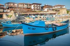 Nessebar, Bulgaria - 24 de abril de 2013: Barco de pesca de madera viejo en puerto de ciudad nessebar, antigua en la costa del Ma Foto de archivo