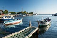 NESSEBAR, BULGARIEN, AM 14. AUGUST 2016: Alte hölzerne Fischerboote im Hafen von Nessebar, alte Stadt auf der Schwarzmeerküste vo Stockfotos