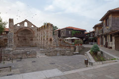 NESSEBAR BULGARIEN, JUNY 20, 2016: fördärvar av Nessebar för forntida byggnader den gamla staden Arkivfoton