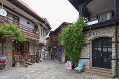 NESSEBAR BULGARIEN, JUNY 18, 2016: turistbesök som souvenir shoppar i gatorna av den gamla staden av Nessebar Royaltyfria Bilder