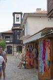 NESSEBAR BULGARIEN, JUNY 18, 2016: turistbesök som souvenir shoppar i gatorna av den gamla staden av Nessebar Fotografering för Bildbyråer