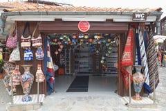 NESSEBAR BULGARIEN, JUNY 18, 2016: turistbesök som souvenir shoppar i gatorna av den gamla staden av Nessebar Arkivbilder