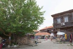 NESSEBAR BULGARIEN, JUNY 18, 2016: turistbesök som souvenir shoppar i gatorna av den gamla staden av Nessebar Arkivfoto