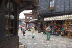 NESSEBAR BULGARIEN, JUNY 18, 2016: turistbesök som souvenir shoppar i gatorna av den gamla staden av Nessebar Arkivfoton