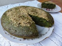 NesselApfelkuchen mit indischem Sesam Stockbild