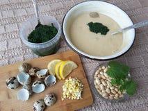 Nesselmuffins, die mit Wachteleiern kochen Stockfotos